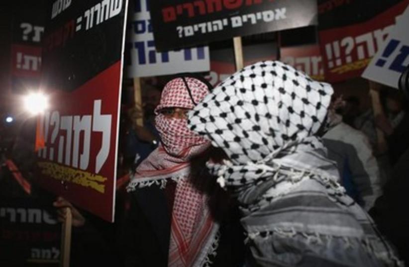 Israelis protest prisoner release October 2013 390 (photo credit: REUTERS)