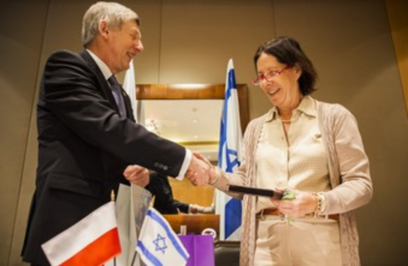 Bar-On and Rateizek shaking hands after signing memo 370 (photo credit: courtesy of Science Ministry)