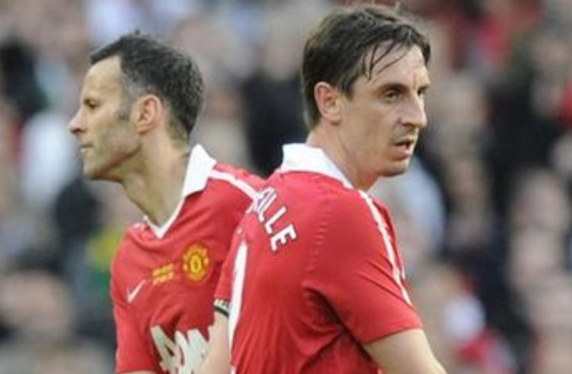 Ryan Giggs and Gary Neville 370 (photo credit: REUTERS)