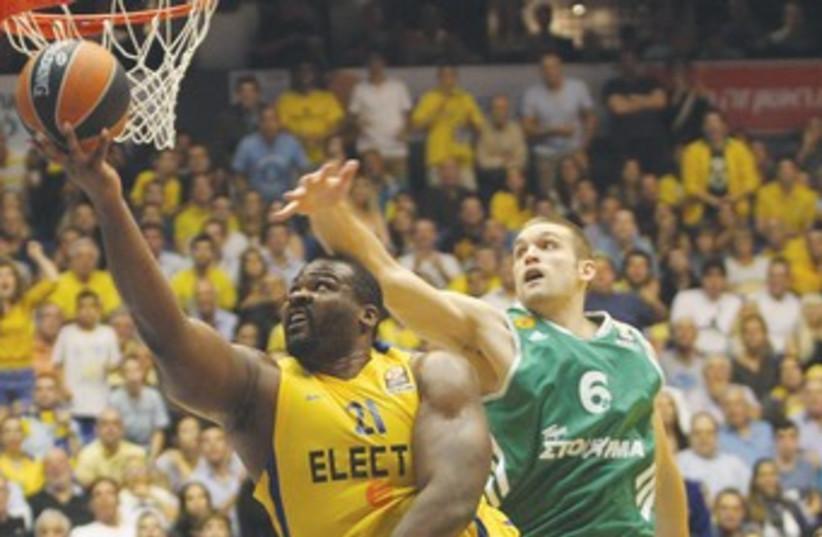 Maccabi Tel Aviv's Sofoklis Schortsanitis scores 370 (photo credit: Adi Avishai)