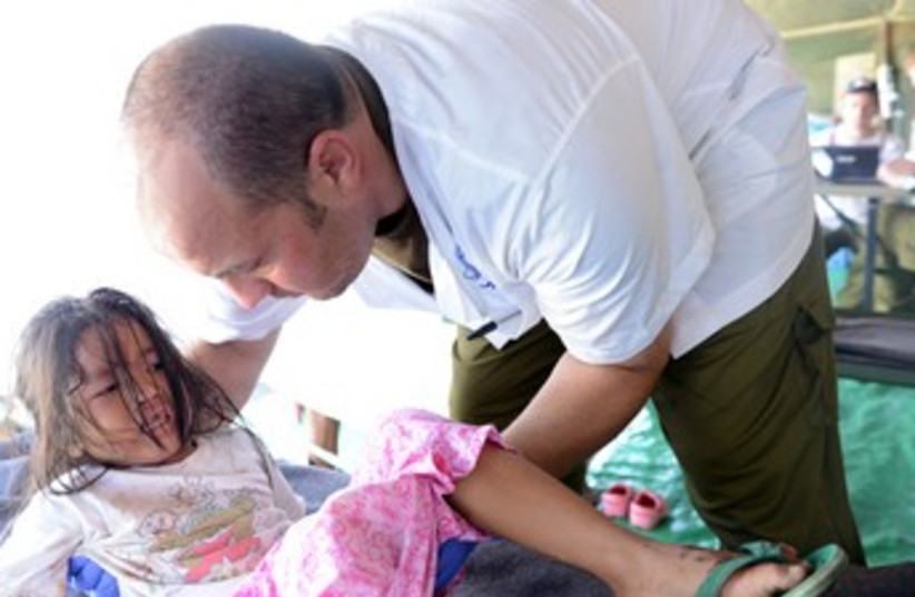 IDF Doctor with patient in the Philippines 370 (photo credit: Courtesy IDF)