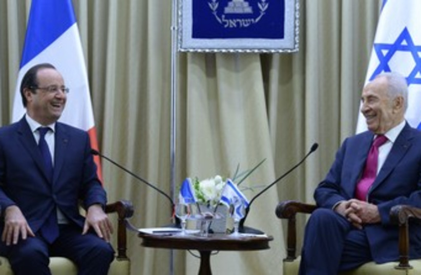 Peres and Hollande at President's Residence 370 (photo credit: Mark Neiman/GPO)