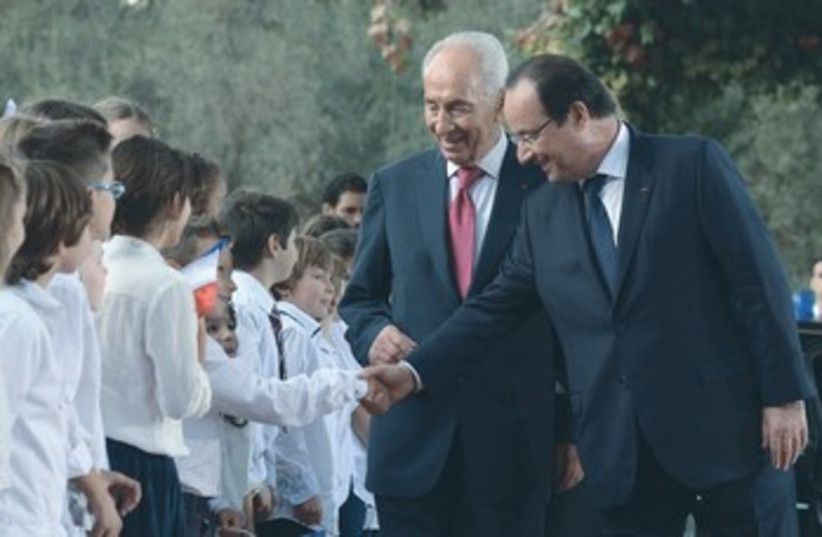 Peres and Hollande greet kids 370 (photo credit: Presidents Residence)