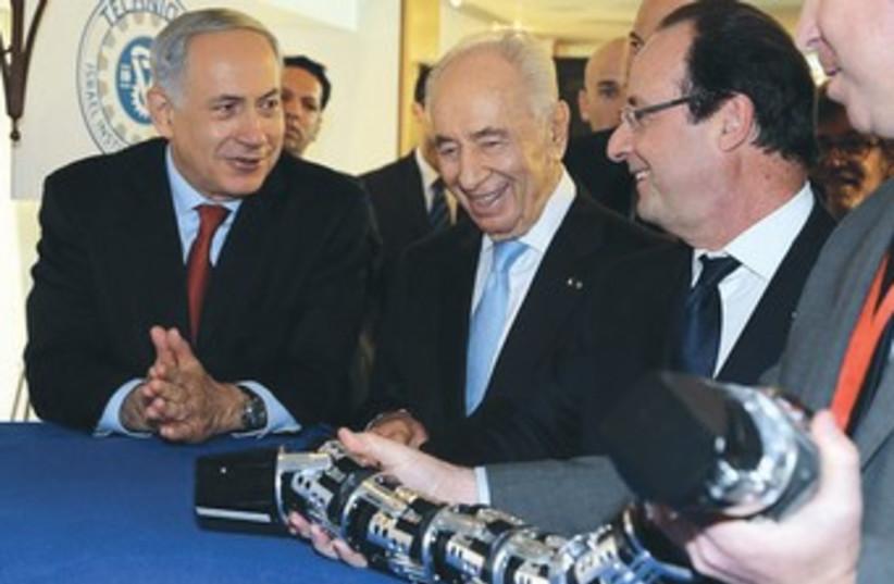Netanyahu Peres and Hollande at innovation conference 370 (photo credit: Tomriko/pool, Yediot Aharonot)