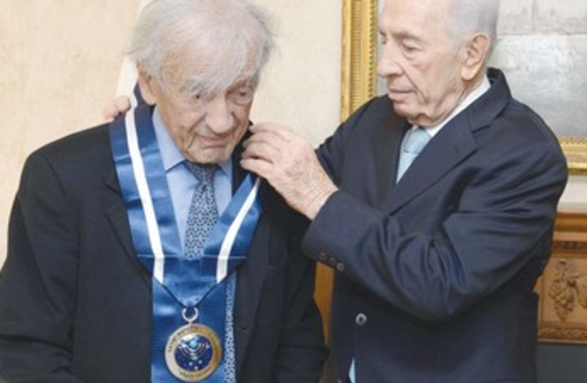 Peres awards Wiesel Presidential Medal 370 (photo credit: Mark Neiman/GPO)