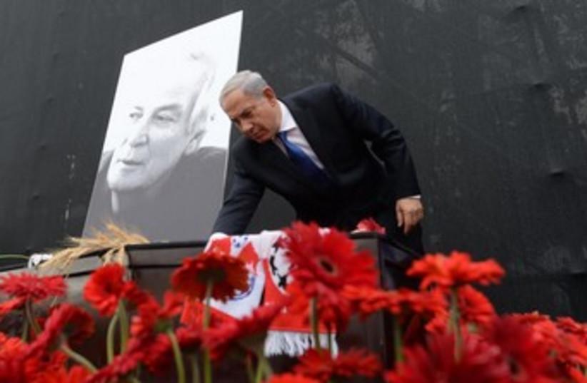 Netanyahu at Arik Einstein memorial 370 (photo credit: Koby Gidon/GPO)