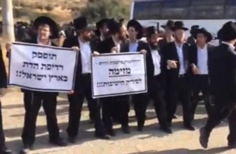 Haredi protest arrest of yeshiva student 370 (photo credit: Yisrael Cohen/Kikar HaShabbat)