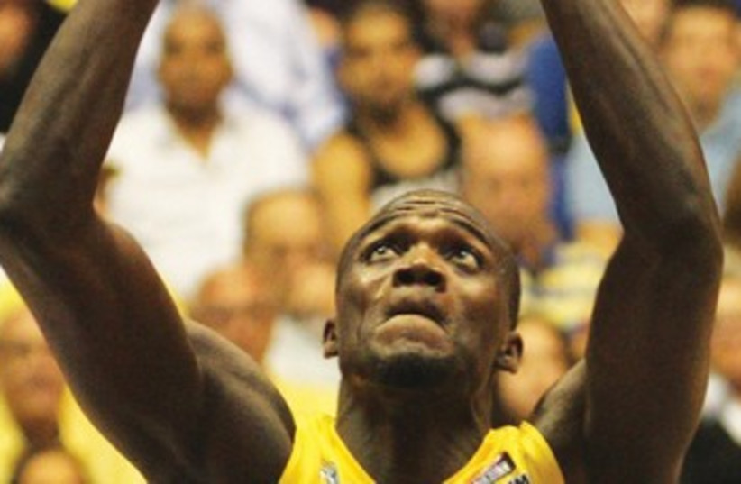 Maccabi Tel Aviv center Shawn James 370 (photo credit: Adi Avishai)