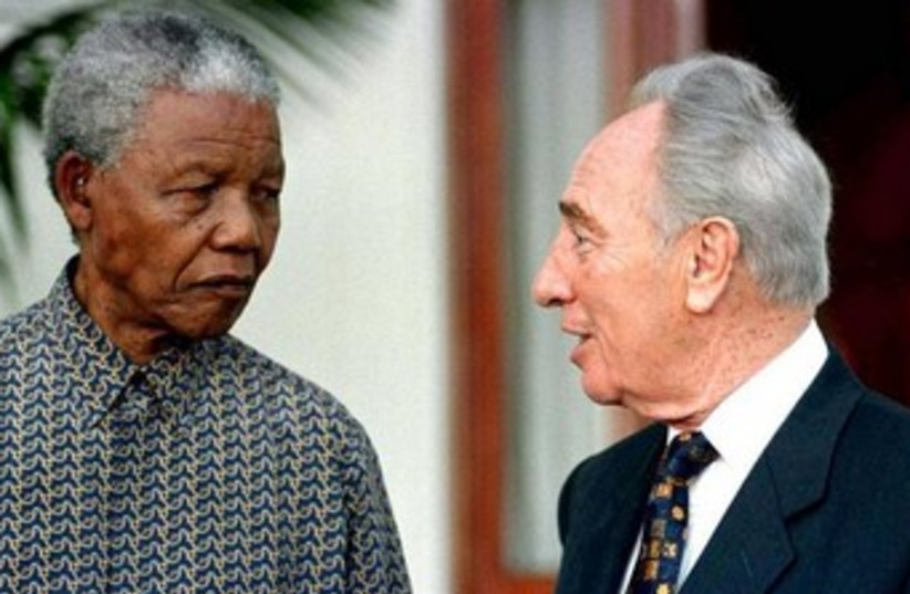 Peres with Nelson Mandela 1999 370 (photo credit: REUTERS)