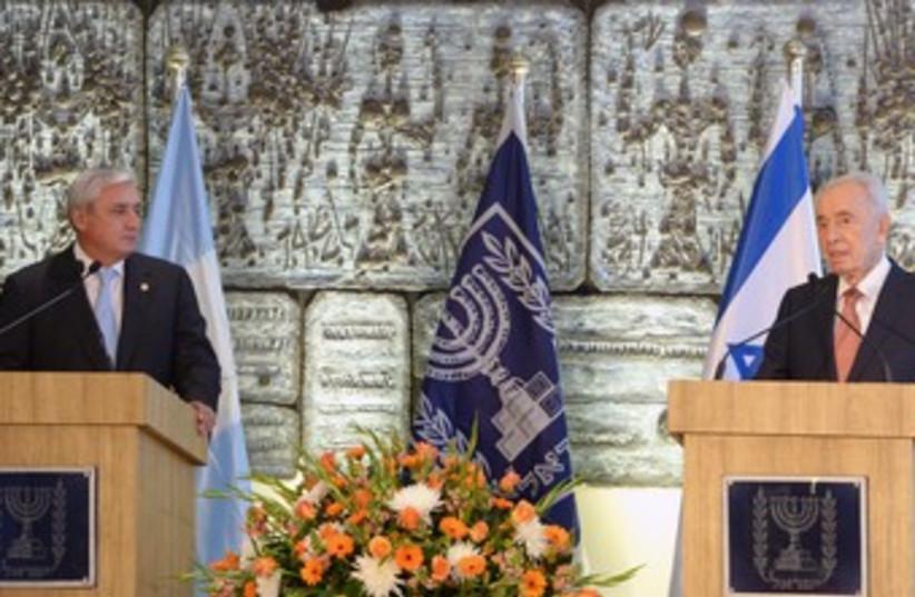 Peres and president of Guatelama Otto Perez Molina 370 (photo credit: Mark Neiman/GPO)