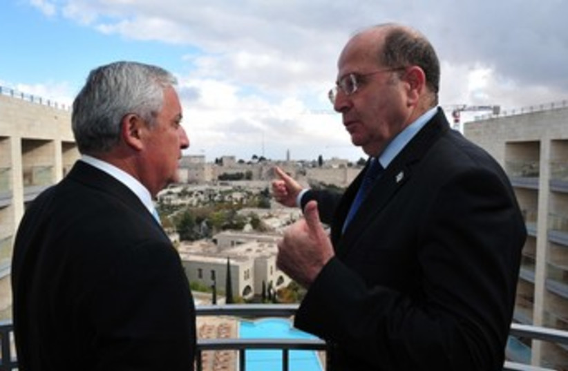 Ya'alon with Guatemalan president 370 (photo credit: Ariel Hermony/Defense Ministry)