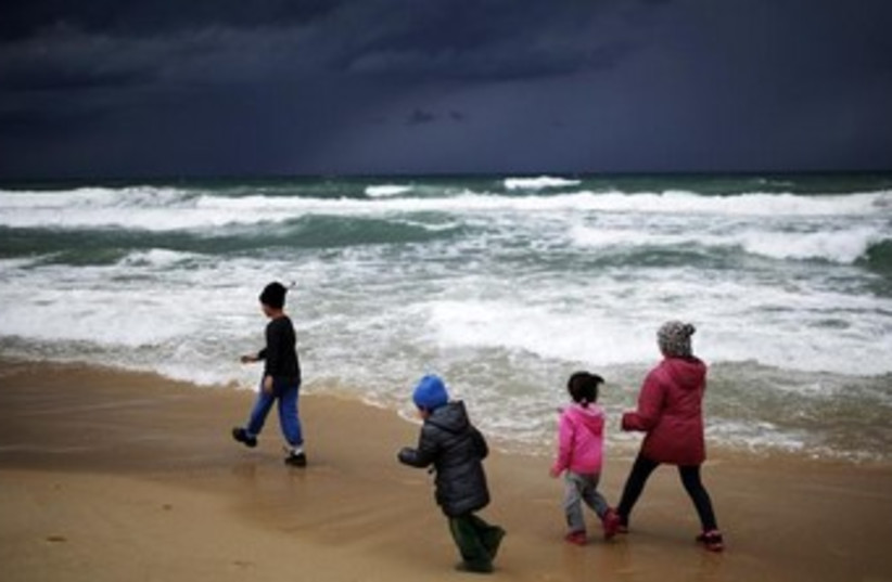 Israeli kids play on Zikim beach 370 (photo credit: REUTERS)