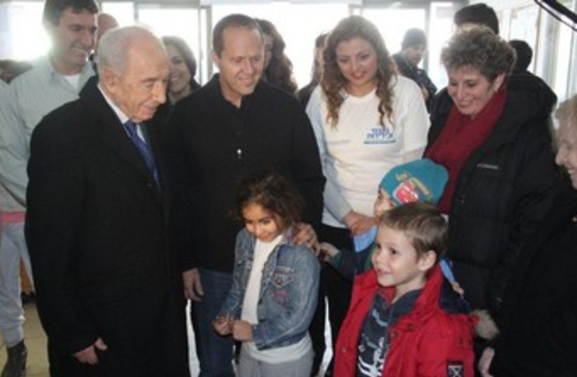 Peres at Jerusalem Emergency Center 370 (photo credit: Yosef Avi, Yair Engel)