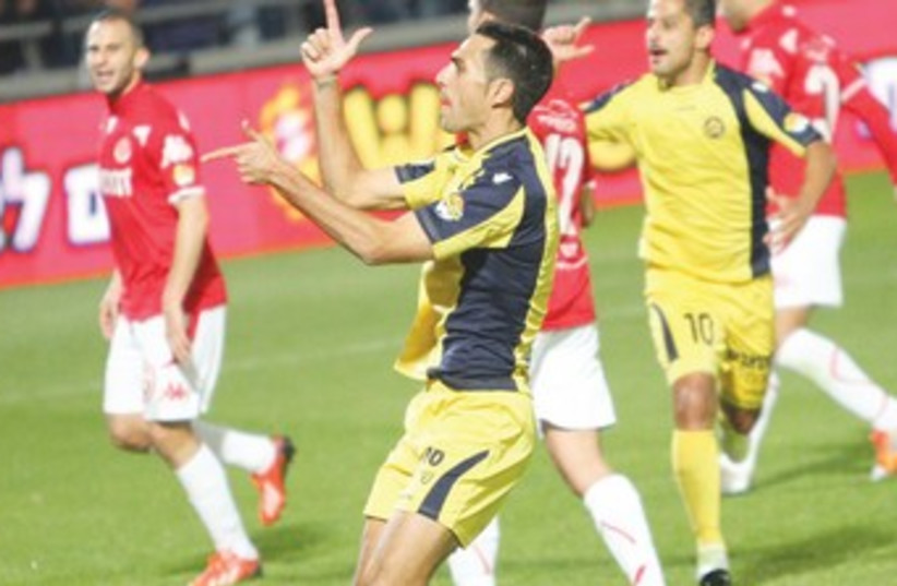Maccabi Tel Aviv's Eran Zahavi celebrates 370 (photo credit: Adi Avishai)