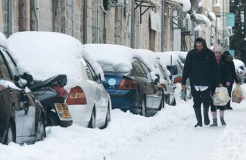 Pedestrians in the snow in Jerusalem 370 (photo credit: Marc Israel Sellem/The Jerusalem Post)