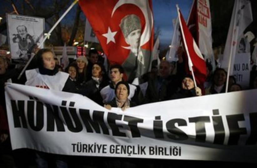 Anti-Erdogan protesters in Turkey (photo credit: REUTERS/Umit Bektas)