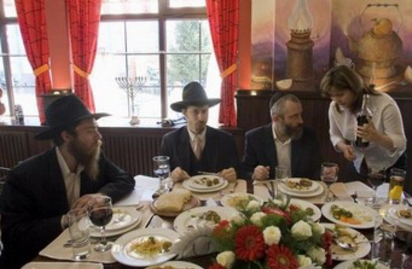 Kosher restaurant (photo credit: REUTERS/Shamil Zhumatov)