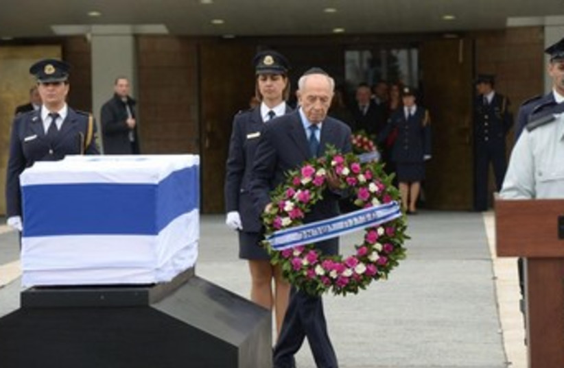 President Shimon Peres lays a wreath on the coffin of former primer minister Ariel Sharon. (photo credit: GPO)