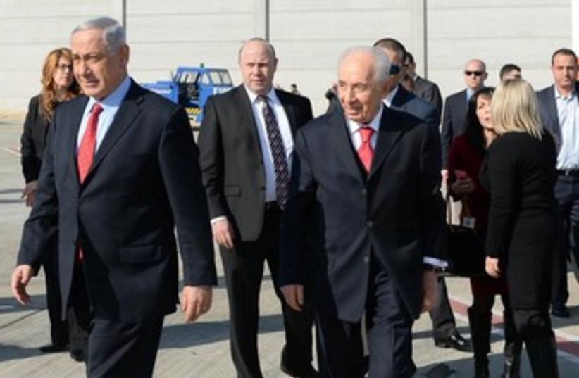 Prime Minister Binyamin Netanyahu and President Shimon Peres leave Israel on Jan 22 2014 (photo credit: KOBI GIDEON/GPO)