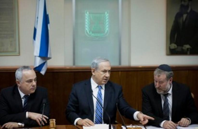 Prime Minister Binyamin Netanyahu, Minister Yuval Steinitz, and cabinet secretary Avichai Mandelblit, February 2, 2014. (photo credit: YONATHAN SINDEL / FLASH 90)