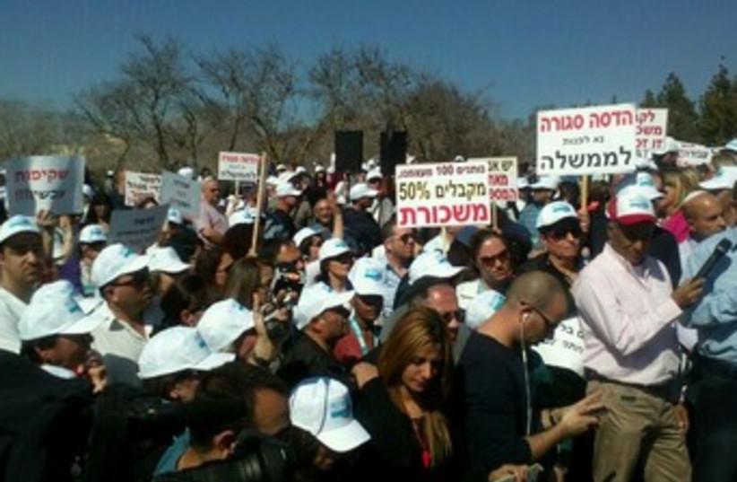 Hadassah medical workers protest in Jerusalem, February 10, 2014. (photo credit: JERUSALEM POST)