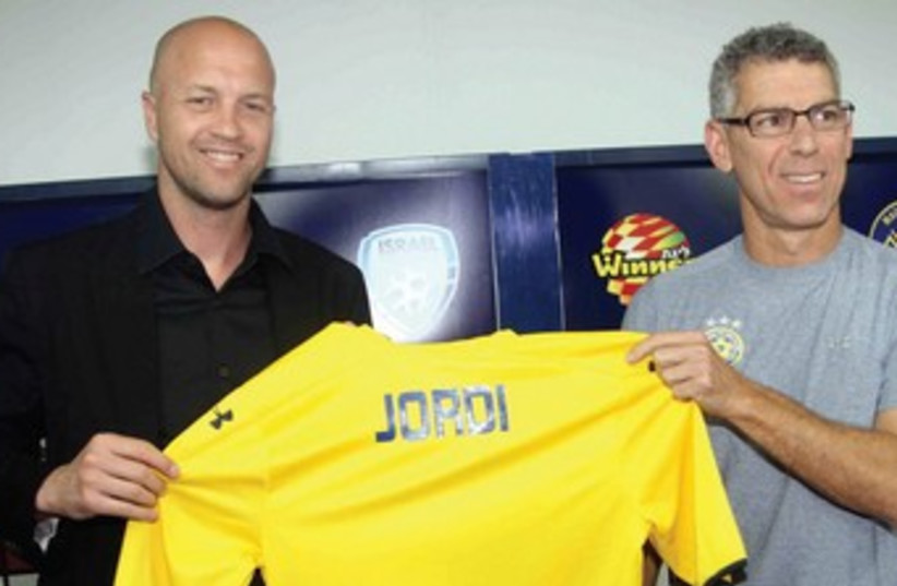 Maccabi Tel Aviv could not have attained its recent success without the money of owner Mitch Goldhar (right), but the true mastermind behind the yellowand- blue's resurgence has been sports director Jordi Cruyff (left). (photo credit: ADI AVISHAI)