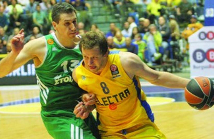 Maccabi Tel Aviv forward Joe Ingles (right). (photo credit: ADI AVISHAI)