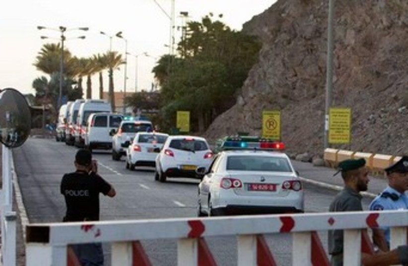 Police rush towards Taba crossing following explosion of tourist bus. (photo credit: COURTESY OF ISRAEL HATZALAH)