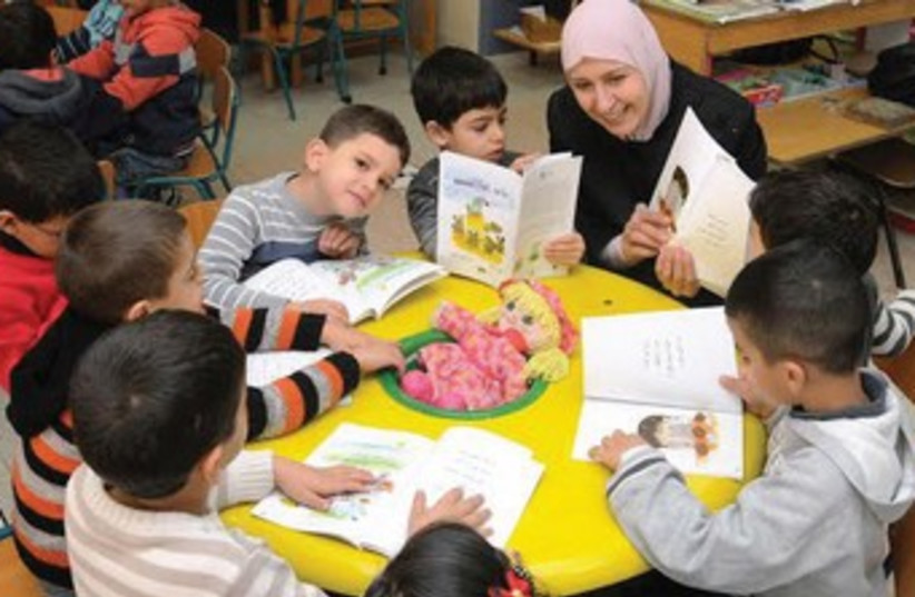 A kindergarten teacher reads 'Sumsum the Mouse' in Baka al-Gharbiya, near Hadera. (photo credit: COURTESY MAKTABAT AL-FANOOS)