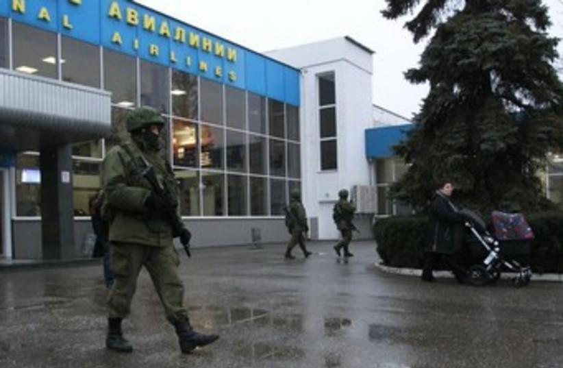 Russian servicement control Ukraine airport (photo credit: REUTERS)