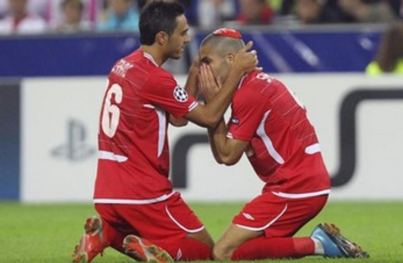 Hapoel Tel Aviv's Itay Shechter (R) celebrates goal during match in Salzburg, August 18, 2010. (photo credit: REUTERS)