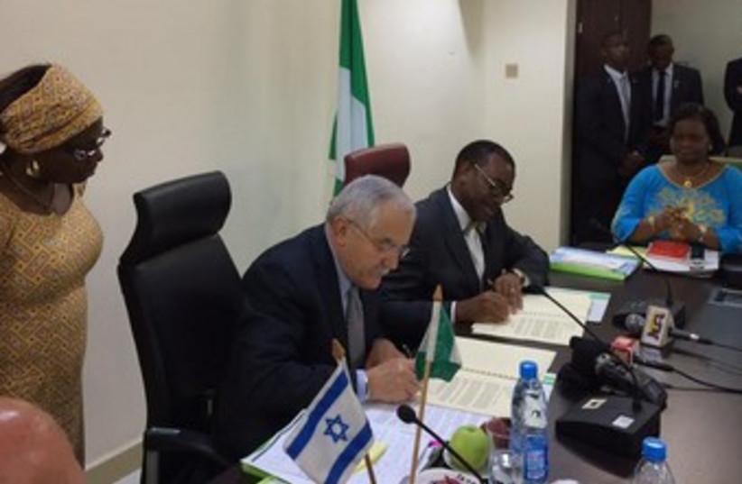 Israeli and Nigerian ministers sign agreement. (photo credit: AMNON LIEBERMAN)