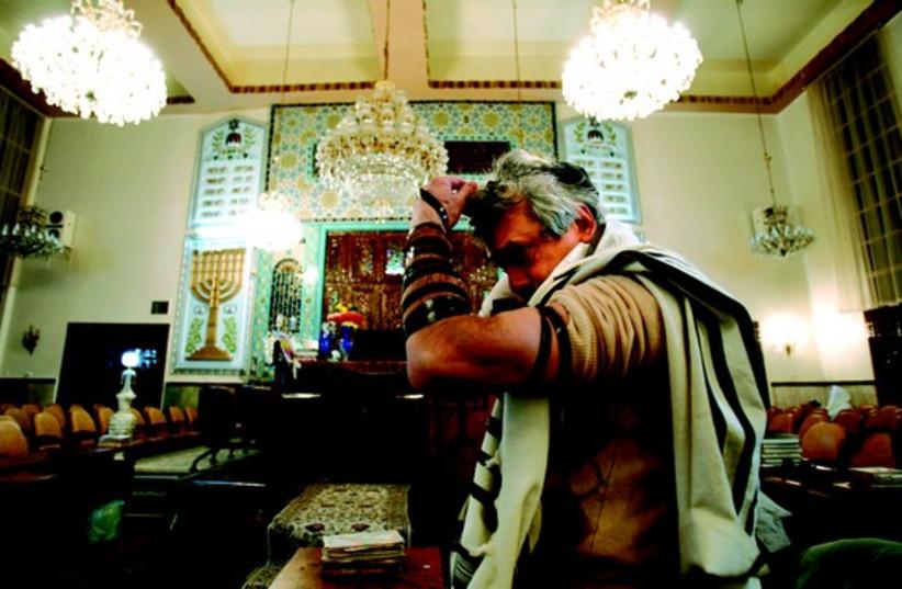 Un juif iranien prie dans la synagogue Yousefabad à Téhéran (photo credit: REUTERS)
