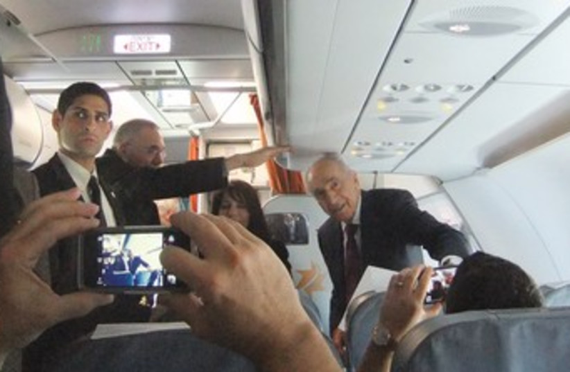 Peres on the way to Eilat (photo credit: JUDY SIEGEL-ITZKOVICH)