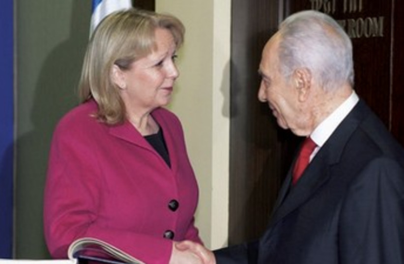 PRESIDENT SHIMON Peres chats with North Rhine-Westphalia Minister-President Hannelore Kraft. (photo credit: RALPH SONDERMANN/NORTH RHINE-WESTPHALIA STATE CHANCELLERY)