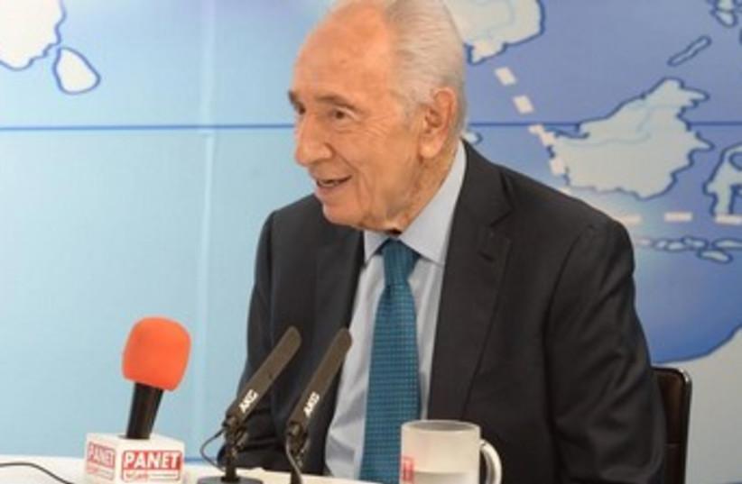 Shimon Peres speaking to Panet (photo credit: Mark Neiman/GPO)