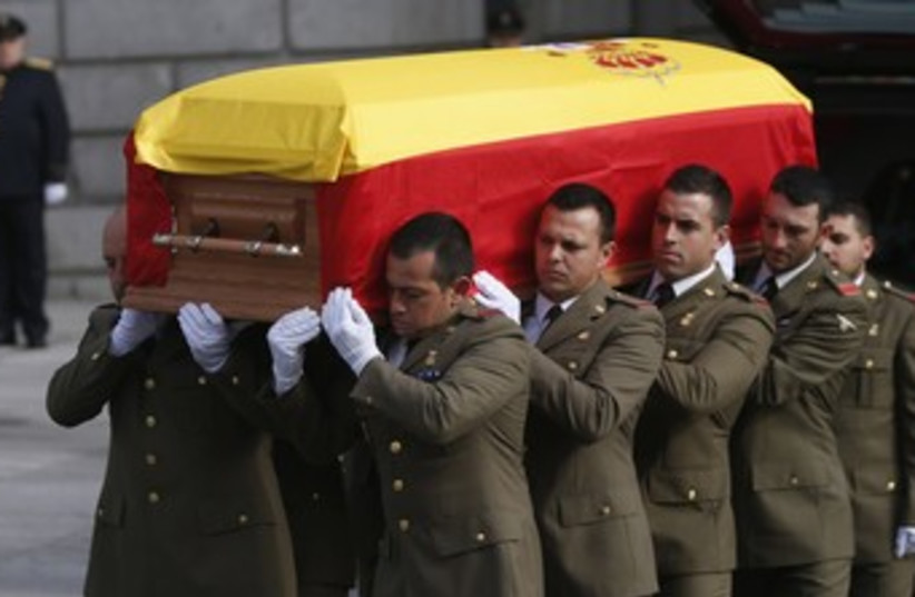 Military pallbearers carry the coffin of Spain's former president Adolfo Suarez (photo credit: REUTERS)