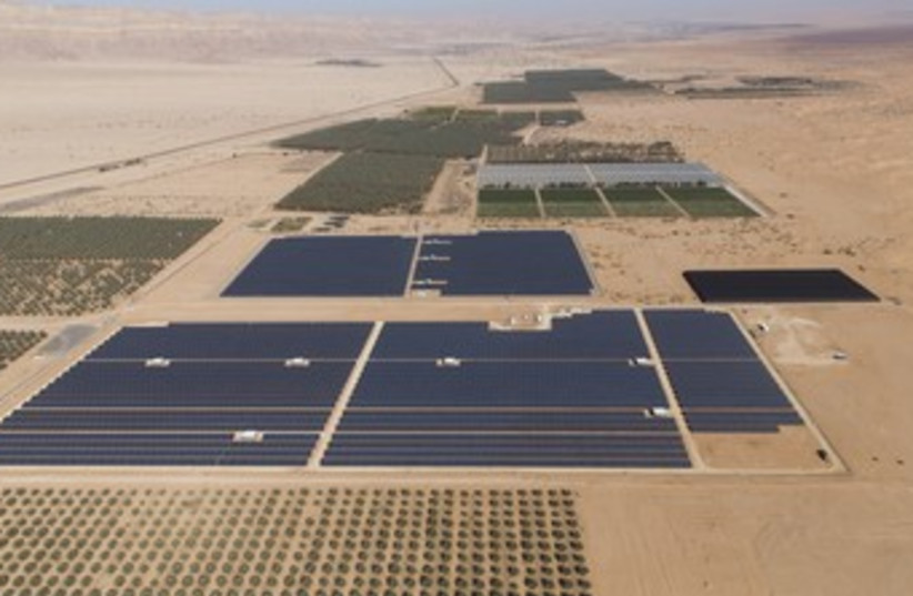 Solar power plant in the Negev (photo credit: YITBACH GREENBURG)