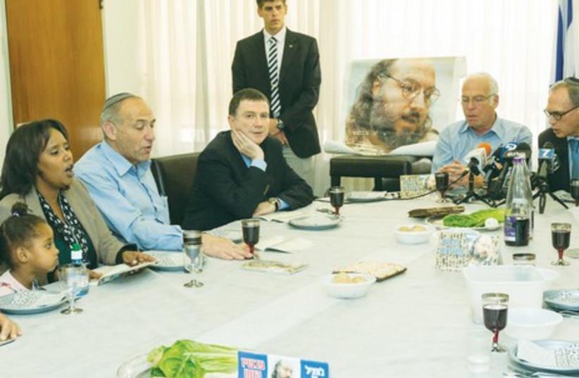 Pollard model Seder, Knesset 2014.  (photo credit: FLASH 90)