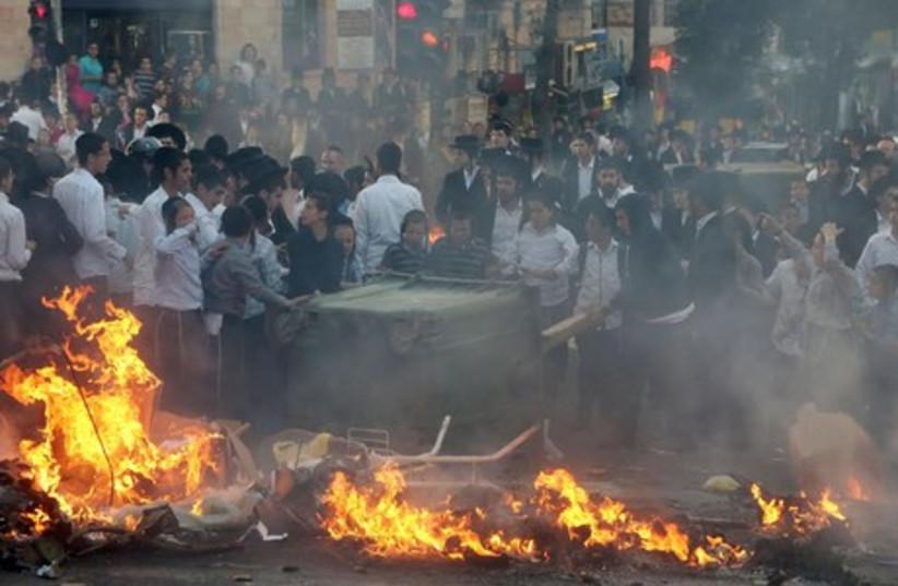 Haredim protest arrest of draft dodger, April 10 (photo credit: MARC ISRAEL SELLEM/THE JERUSALEM POST)