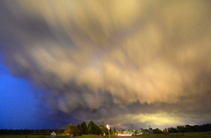 A low-level thunderstorm supercell passes over the area of Hampton, Arkansas late April 24, 2014 (photo credit: REUTERS)