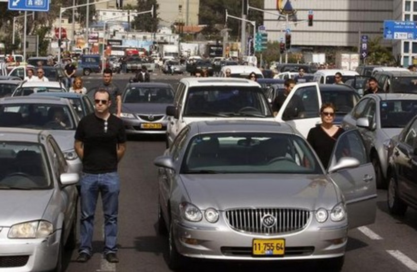 cars stopped for Holocaust siren  (photo credit: REUTERS)