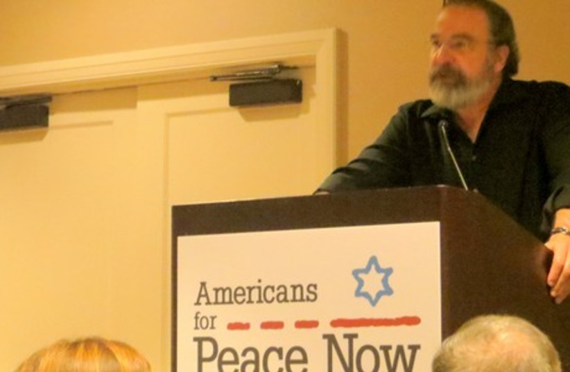 'Homeland' actor Mandy Patinkin receives award from Americans for Peace Now (photo credit: COURTESY OF AMERICANS FOR PEACE NOW)