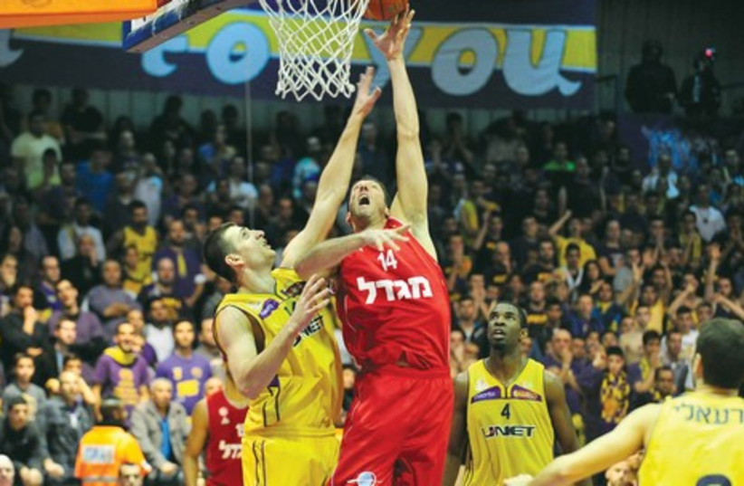 Hapoel Jerusalem center Yaniv Green (C) dominated Hapoel Holon's big-men. (photo credit: ASAF KLIGER)