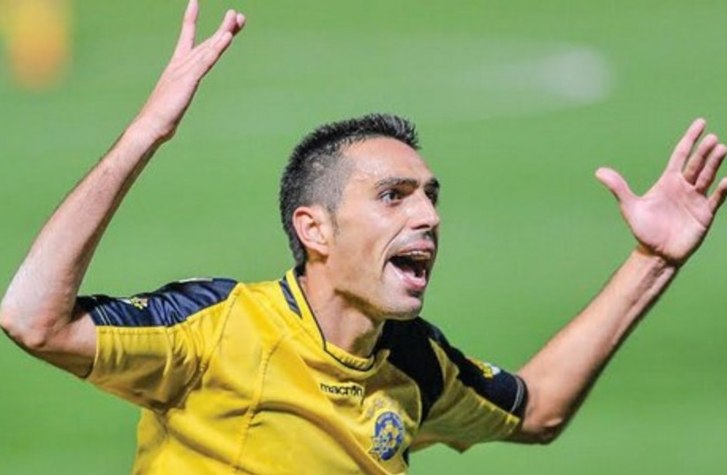 Maccabi Tel Aviv midfielder Eran Zahavi scored both his team's goals in last night's 2-1 victory at Hapoel Beersheba which secured the Premier League title for the yellow-and-blue. (photo credit: ASAF KLIGER)