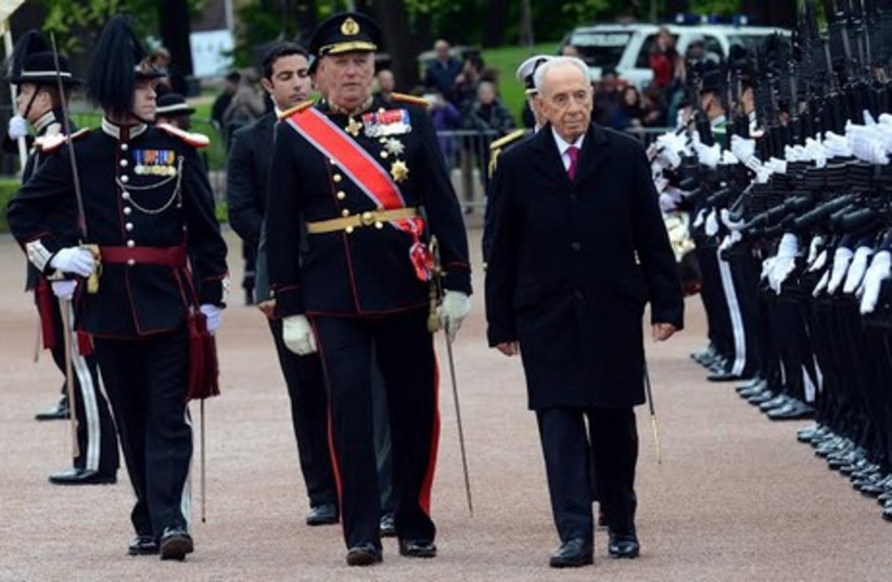President Shimon Peres reviews an honor guard in Oslo, May 12, 2014. (photo credit: HAIM TZACH/GPO)
