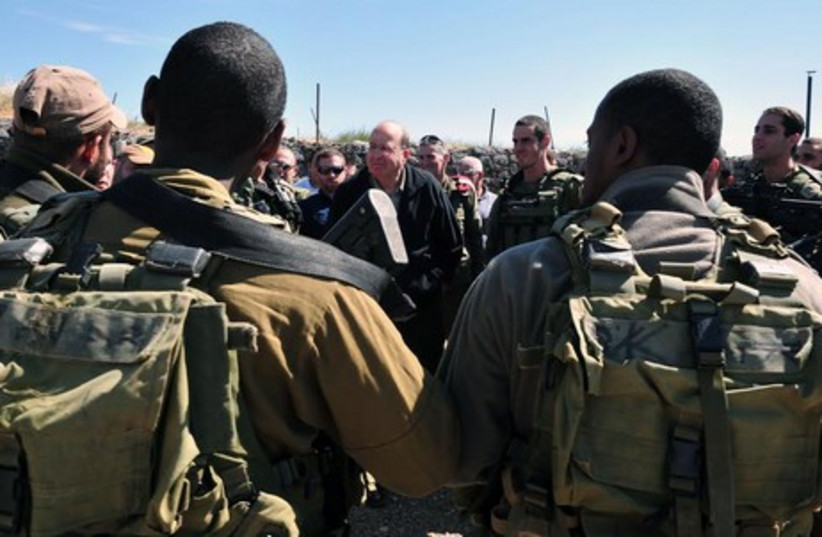 Ya'alon tours Syrian frontier on the Golan Hights (photo credit: DEFENSE MINISTRY/ARIEL HERMONI)