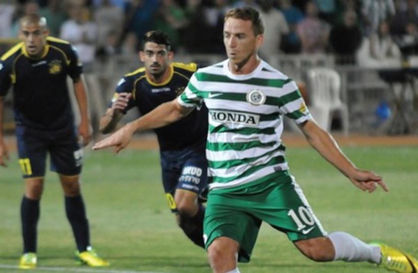 Maccabi Haifa midfielder Ruben Rayos (front) scored twice in the final match ever to be played at Kiryat Eliezer Stadium last night, but a brace by Maccabi Tel Aviv's Eran Zahavi ensured the encounter ended in a 2-2 draw (photo credit: UZI GAL)