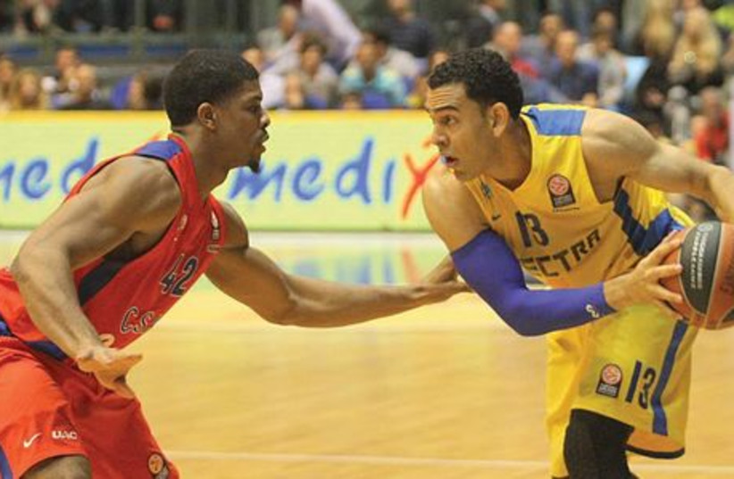 David Blu (right) and Maccabi Tel Aviv will renew their rivalry with Kyle Hines (left) and CSKA Moscow in tonight's Euroleague Final Four semifinals in Milan. (photo credit: ADI AVISHAI)
