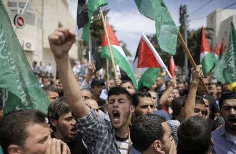 Mourners chant slogans during the funeral of two Palestinians, who were shot dead during clahses on Thursday, in the West Bank city of Ramallah May 16, 2014. (photo credit: REUTERS)